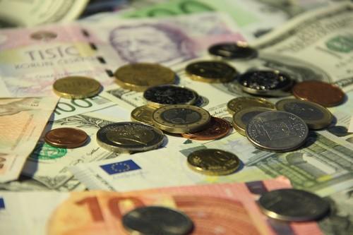 peníze koruny eura mince a bankovky