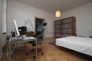 hlavní ložnice o ploše 28 m2 - Pronájem bytu 4+kk, 200 m2, Praha 2 -Vinohrady,