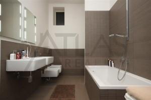 koupelna s vanou, bidetem a dvěma umyvadly - Pronájem bytu 4+kk, 200 m2, Praha 2 -Vinohrady, Čelakovského sady