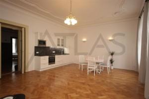 obývací pokoj - Pronájem čerstvě zrekonstruovaného bytu 2+kk, 78m2 Praha 2 - Vinohrady, Korunní ulice