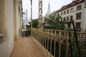 balkon do ulice Pronájem čerstvě zrekonstruovaného bytu 2+kk, 78m2 Praha 2 - Vinohrady, Korunní ulice