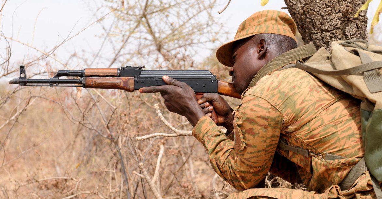 Voják Burkiny Faso se podílí na cvičeních družstev v Camp Zagre v Burkině Faso během cvičení Flintlock 2017, 28. února 2017.