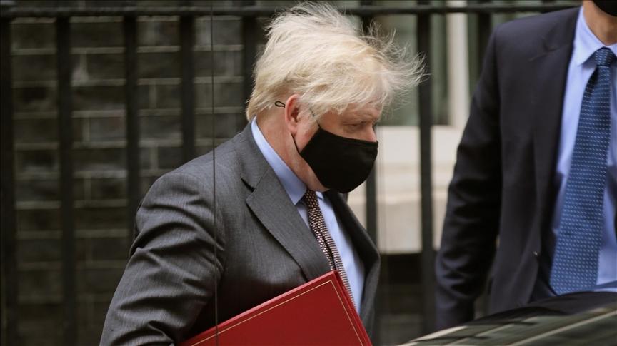Britský premiér Boris Johnson opouští 27. ledna 2021 10 Downing Street v Londýně v Anglii.