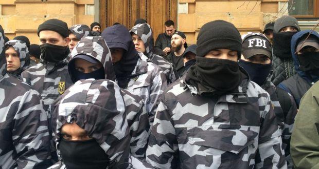 Členové ukrajinské krajně pravicové národní milice na protikorupčním protestu poblíž prezidentské správy v Kyjevě