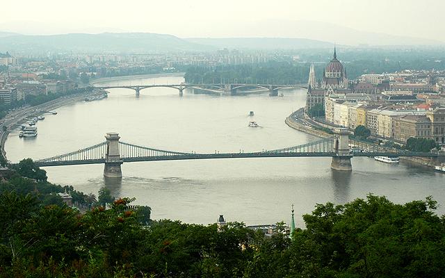 Panoráma Budapešti v popředí s Řetězovým mostem Széchenyi, v pozadí s Markétiným ostrovem, na břehu mezi nimi a Parlamentem