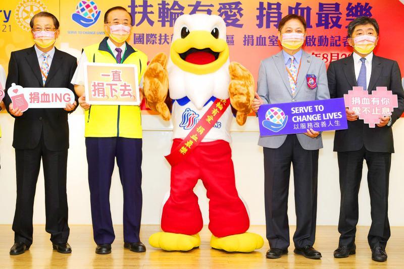 Ministr zdravotnictví a sociálních věcí Chen Shih-chung, vpravo, a další mají na včerejší tiskové konferenci pořádané Tchaj-wanskou nadací krevních služeb a Rotary International District 3521 v Tchaj-peji znaky, které povzbuzují veřejnost k darování krve.
