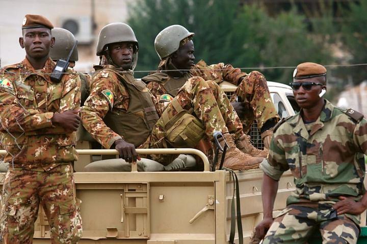 Při útoku v centru Mali zahynulo šestnáct vojáků